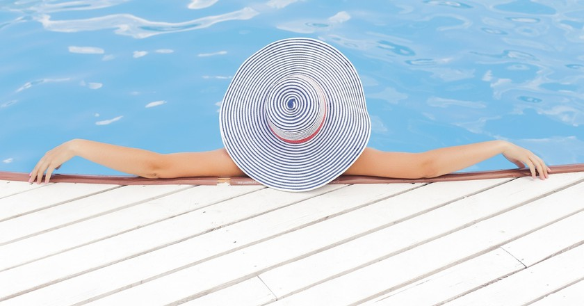 Relaxing poolside | Public Domain \ Pixabay
