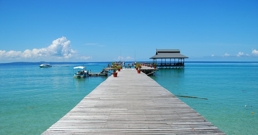 Clear waters on Pulau Tiga's jetty | © leanguan/Shutterstock