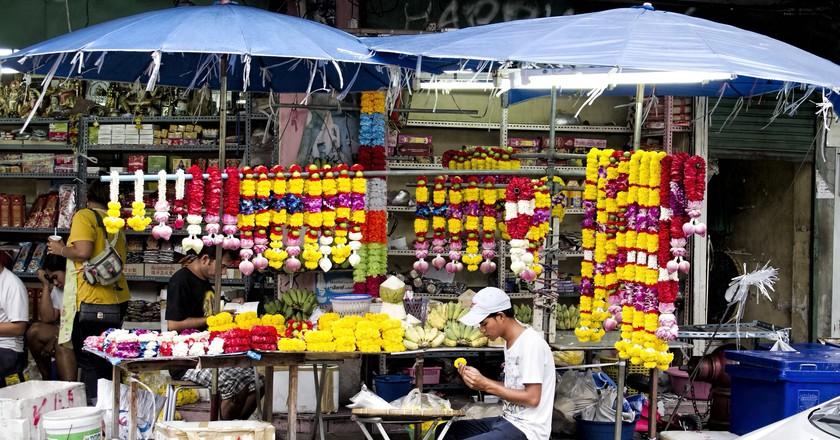 A local making flower garlands in Bangkok | © Dan Lundberg / Flickr