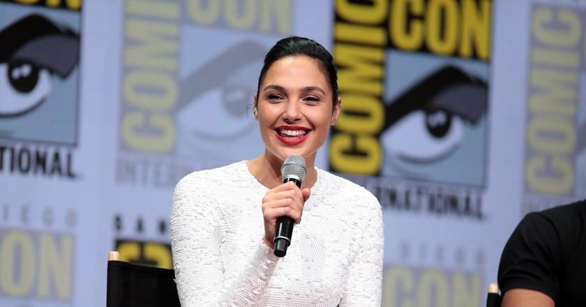 Gal Gadot speaking at the 2017 San Diego Comic-Con International   © Gage Skidmore / Flickr