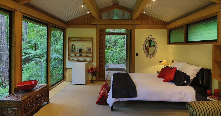 The Romantic Bush Chalet in Titirangi, Auckland