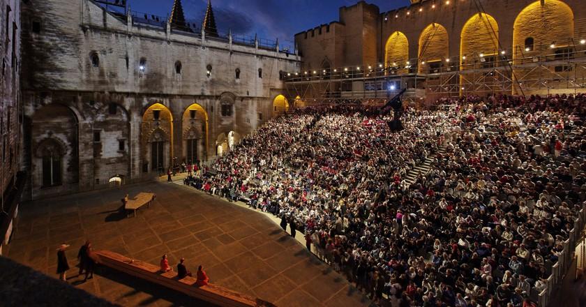 The courtyard of the immense Palais des Papes during the Avignon Festival  © Avignon Festival / Christophe Raynaud de Lage