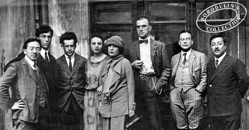 Mayakovsky (third right) among literati friends   © Wikimedia Commons