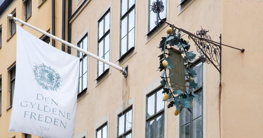 The beautiful exterior and classic sign at Den Gyldene Freden | © Den Gyldene Freden