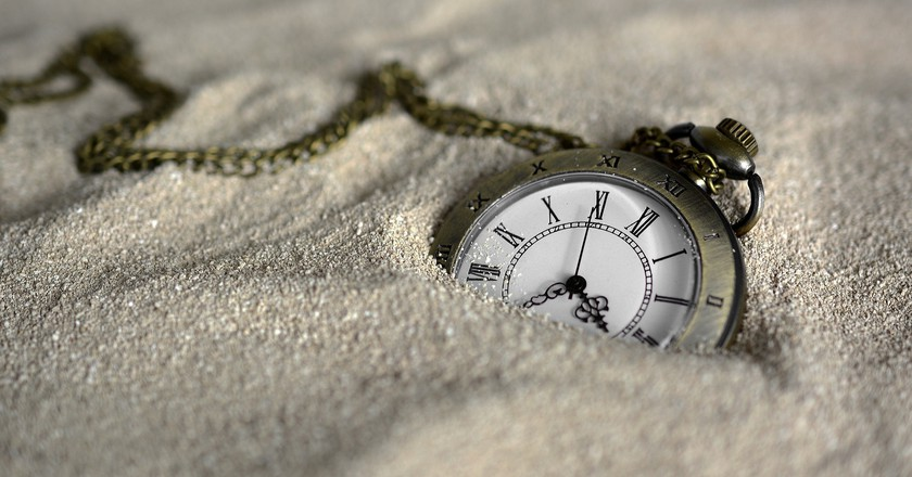 Pocket watch in the sand | © annca / Pixabay