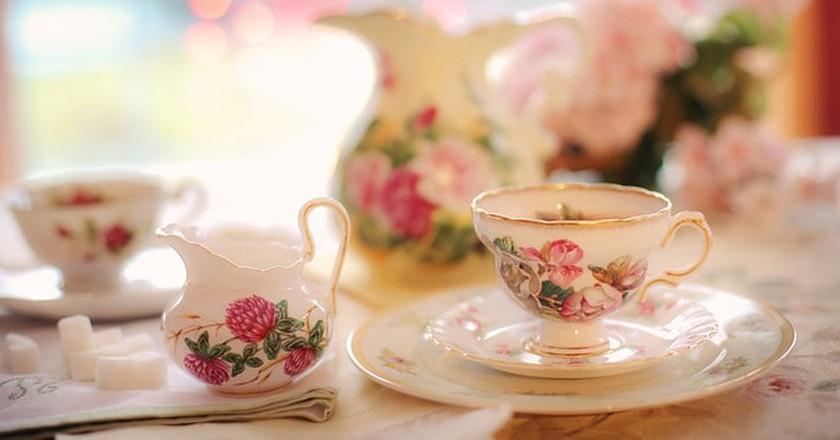 Afternoon tea in Paris is delightful | © Pixabay https://pixabay.com/en/tea-tea-party-pink-party-teapot-2107191/