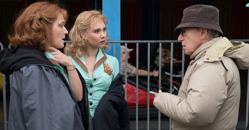 Kate Winslet, Juno Temple and Woody Allen on the set of 'Wonder Wheel' | © Warner Bros./Amazon Studios