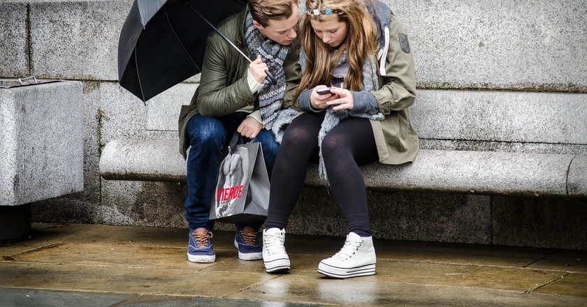 Young people texting | © Garry Knight / Flickr