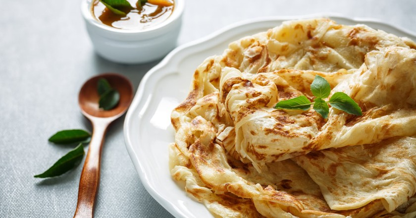 Roti Parata with curry sauce | © Alphonsine Sabine/Shutterstock