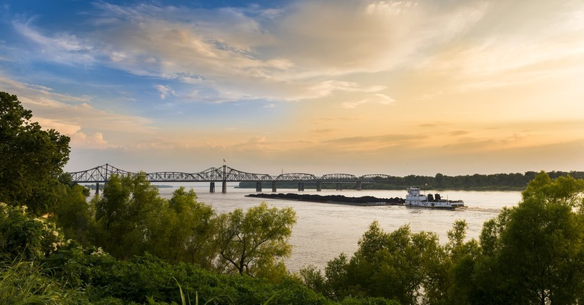 A pusher boat in the Mississippi River near the Vicksburg Bridge in Vicksburg, Mississippi | © Peek Creative Collective / Shutterstock
