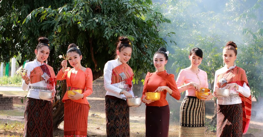 Women wearing Thai national dress at the Songkran Festival, Thailand | © M2020 / Shutterstock