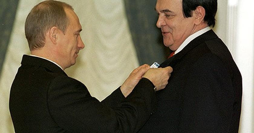 Magomayev receiving an award from President Putin | © Wikimedia Commons