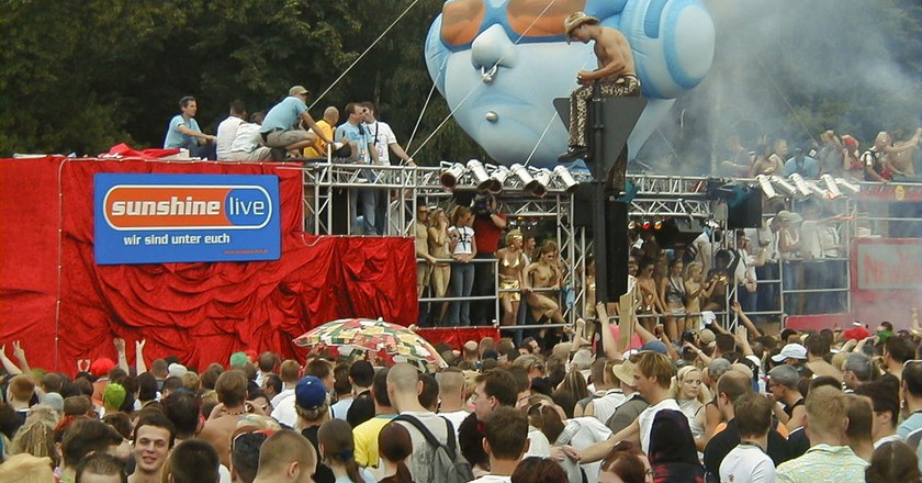 Berlin Love Parade in 2002 | © Arne Müseler / wikimedia