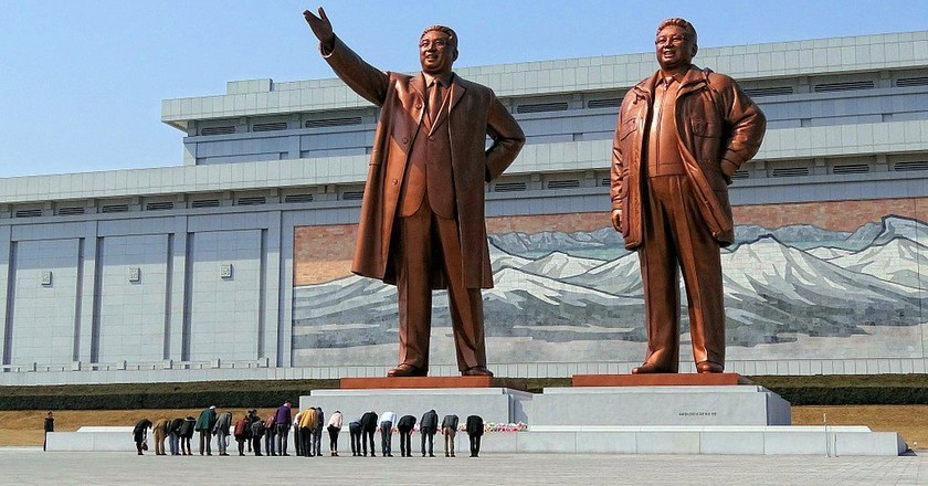 Visitors bowing in a show of respect for North Korean leaders Kim Il-sung and Kim Jong-il | © Bjørn Christian Tørrissen / WikiCommons