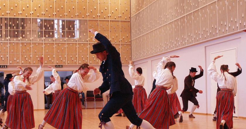 Kihnu Women Dancing | ©Ivo Kruusamägi/Wikipedia