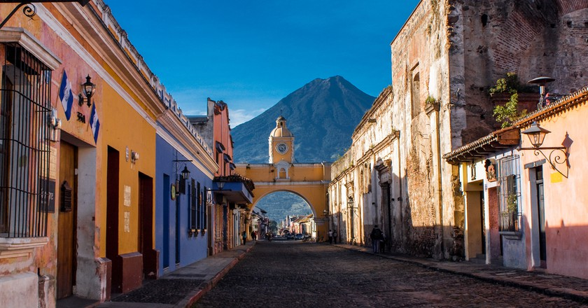 St Catarina arc and volcano Antigua Guatemala │© ElHielo/Shutterstock