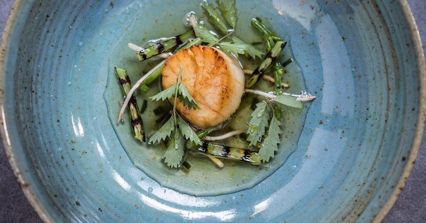 Scallop, Drummond House garlic scap, samphire, ham hock, seaweed broth | © Anita Murphy / Courtesy of Aniar