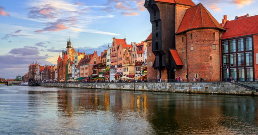 The Zuraw Crane and colorful gothic facades of the old town in Gdansk | © Boris Stroujko/Shutterstock