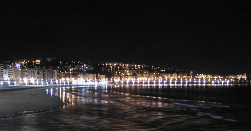 San Sebastian shoreline at night | © JB55/Flickr