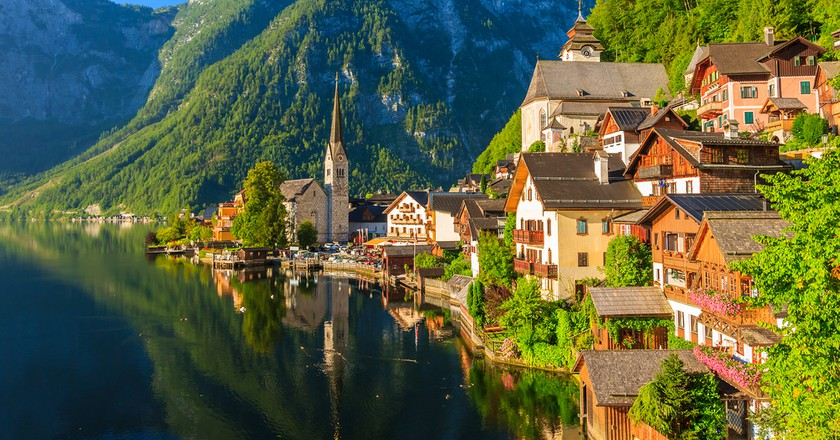 Famous Hallstatt mountain village and alpine lake, Austrian Alps | © Pawel Kazmierczak/Shutterstock