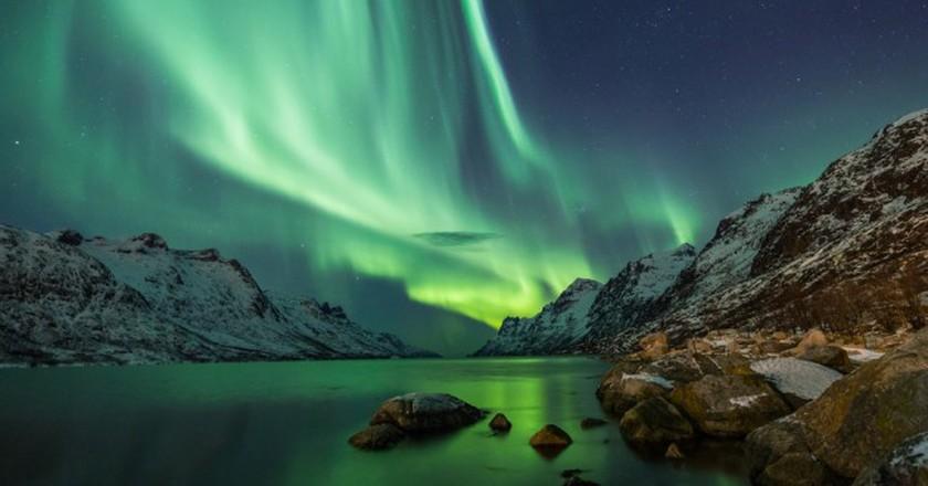 Northern Lights above waters edge | © Jamen Percy/Shutterstock