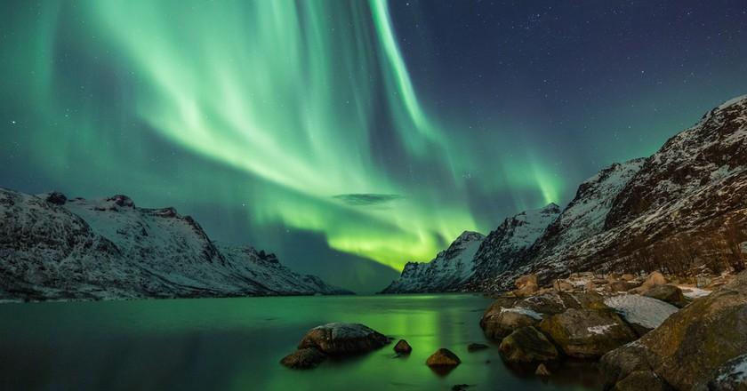 Northern Lights above waters edge   © Jamen Percy/Shutterstock