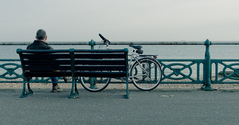 Man with a bicycle on Brighton Seafront | © Vladislav Nikitin/Flickr