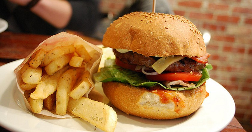 Crispy bacon and cheese burger I © Alpha/Flickr