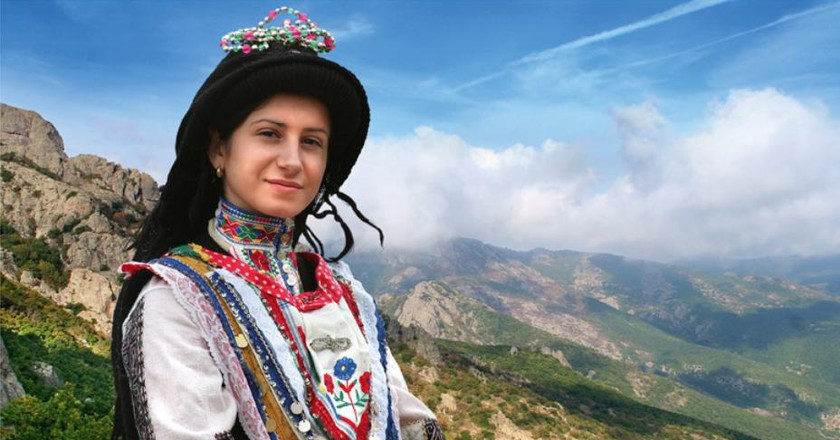 A Sarakatsani girl in traditional dress | © SlavaBogur/WikiCommons