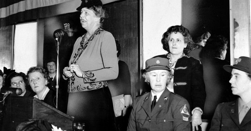 Eleanor Roosevelt speaks to a war-time audience while Rose Pesotta and others listen. | © Kheel Center/Flickr