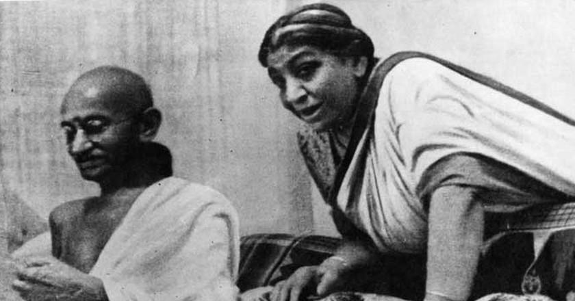 Mahatma Gandhi and Sarojini Naidu at 1942 AICC Session | © WikiCommons