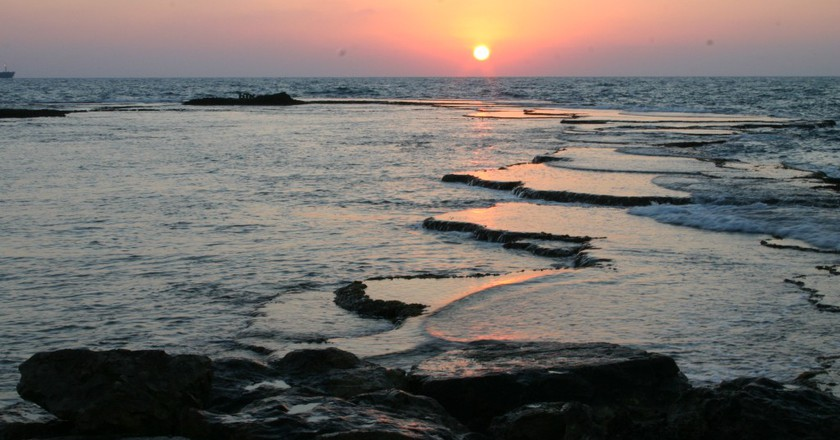 Caesarea Sea Courtesy of WiikiCommons  אלון שטרסמן