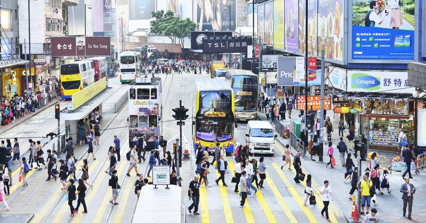 People walking across Hennessy Road, Causeway Bay │© i viewfinder/Shutterstock