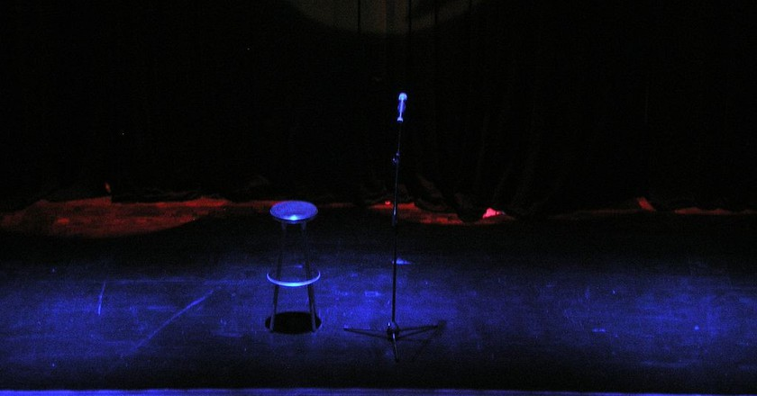 Stand up comedy stage /© Carlos Delgado/ WikiCommons