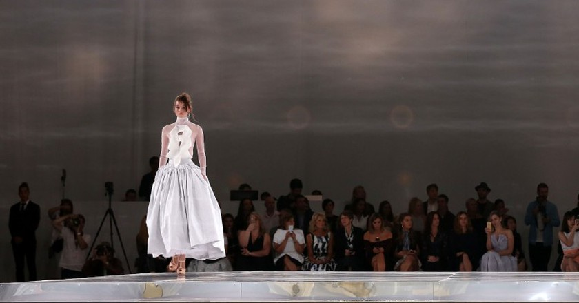 A model walks the runway at the Mercedes-Benz Presents Maticevski show at Mercedes-Benz Fashion Week Resort 17 Collections at The Cutaway, Barangaroo Reserve in Sydney, Australia. |  © Caroline McCredie/Getty Images)