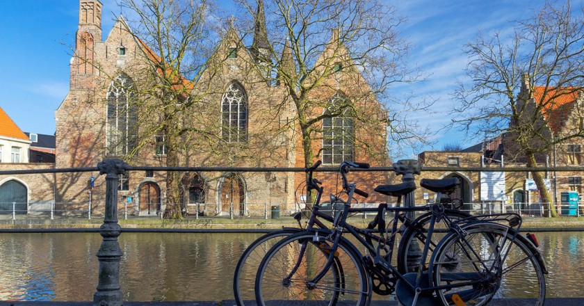 Bruges is a bicycle kind of area in and outside of its city walls | © Savolio70/Flickr