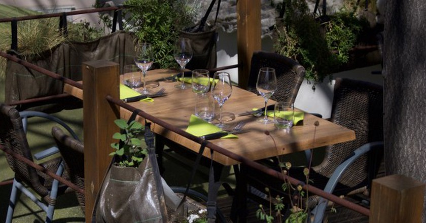 A table on the treehouse terrace │ Courtesy of La Cave