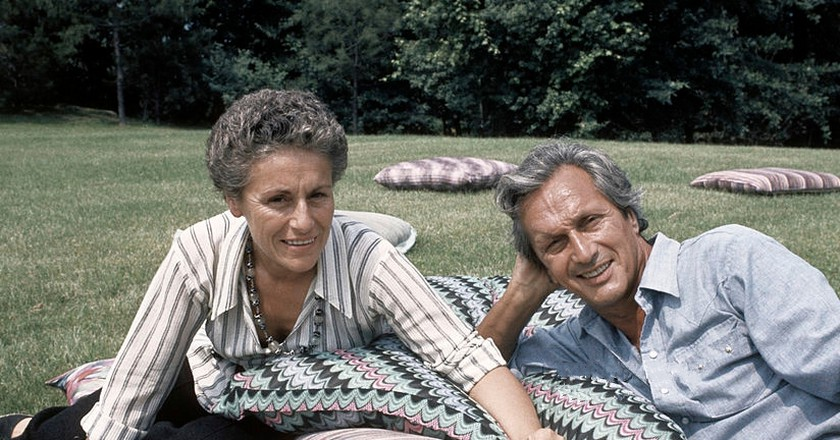 The Italian fashion designer Ottavio Missoni Rosita Missions (Rosita Jelmini)and his wife sitting on the lawn of their mansion. Sumirago (Varese), Italy, July 1975.