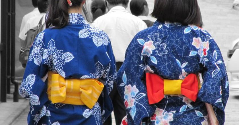 Women in indigo yukata out for a stroll | © Lorean a.k.a. Loretahur/Flickr