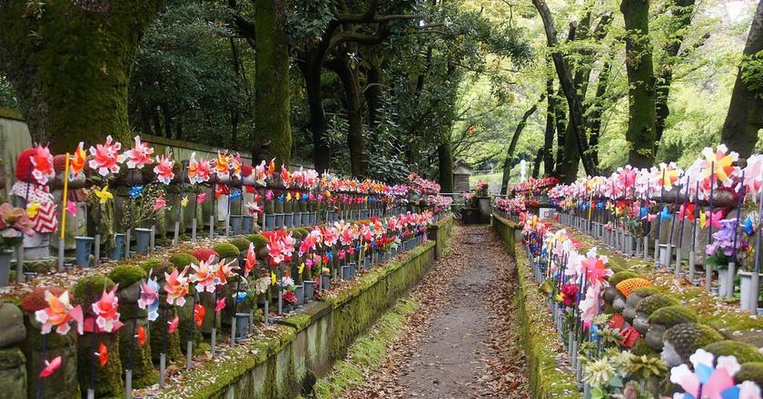 Jizo statues in the Garden of Unborn Children, Zojoji Temple | © Tatters/Flickr