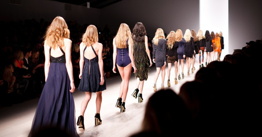 Models walk on a catwalk|©Kris Atomic/Unsplash