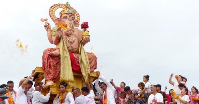 Ganesh statue being carried into the water © Santibhavank P / Shutterstock.com