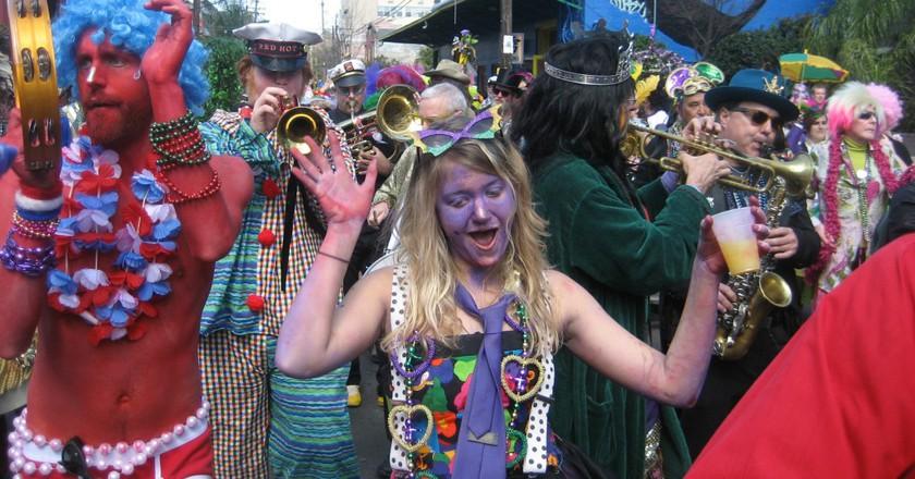 Mardi Gras Day, New Orleans: Krewe of Kosmic Debris revelers on Frenchmen Street | © Infrogmation of New Orleans/WikiCommons