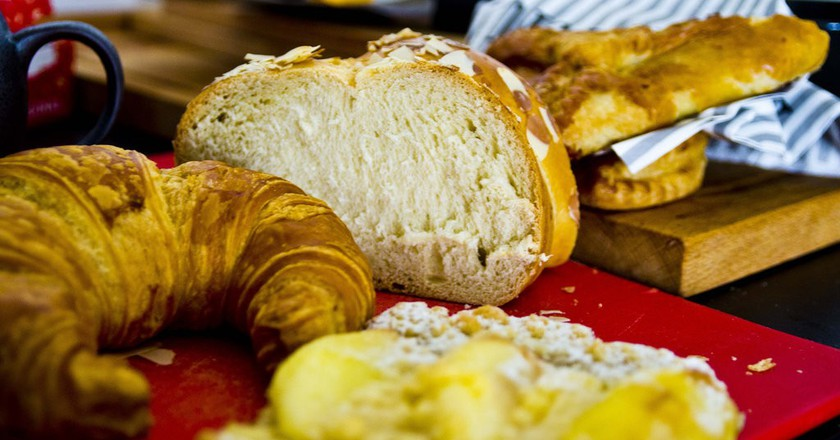Fresh croissants and bread |©Ken Hawkins/Flickr