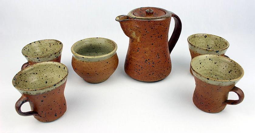 Studio Ceramics set by Bernard Leach (YORYM-2004.1.2022) | Courtesy of The Estate of Bernard Leach/York Museums Trust via Wikimedia Commons. (CC-BY-SA 3.0)
