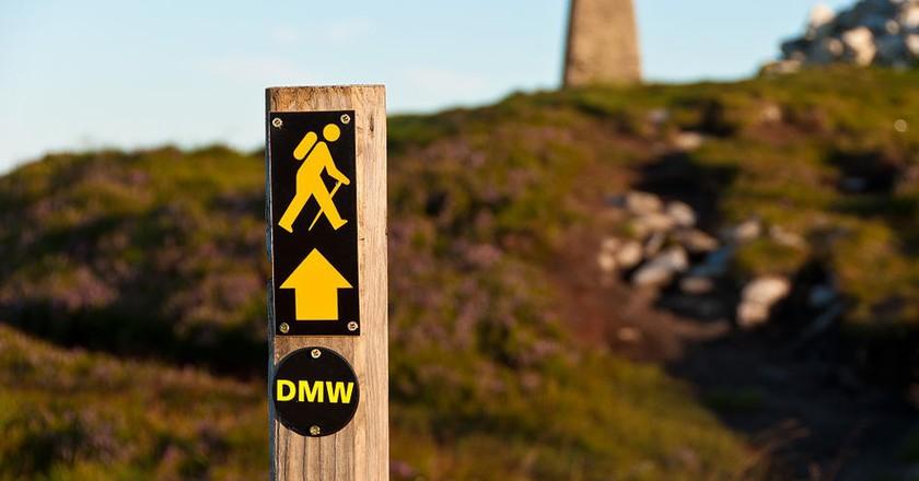 Waymarker for the Dublin Mountains Way near Fairy Castle, County Dublin, Ireland | © Joe King/WikiCommons