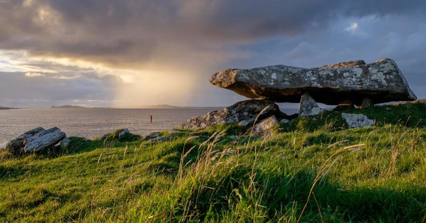 Knockbrack Megalithic Tomb, Ireland   © Ronan Delaney/WikiCommons