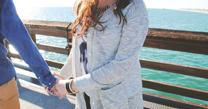 Couple holding hands|© Daryn Bartlett/Unsplash