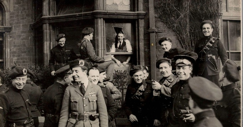 A group of 'Black and Tans' and Auxiliaries in Dublin, April 1921 | © National Library of Ireland/WikiCommons