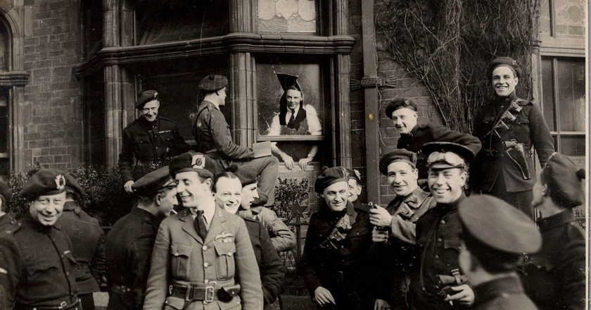 A group of 'Black and Tans' and Auxiliaries in Dublin, April 1921   © National Library of Ireland/WikiCommons